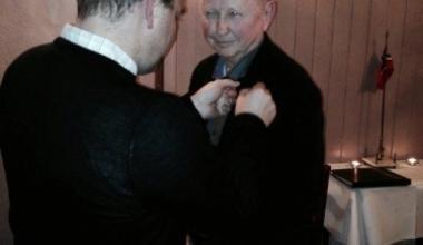 Øivind Thomassen tildeles NAKs gullnål av seilflyfagsjeg Steinar Øksenholt.