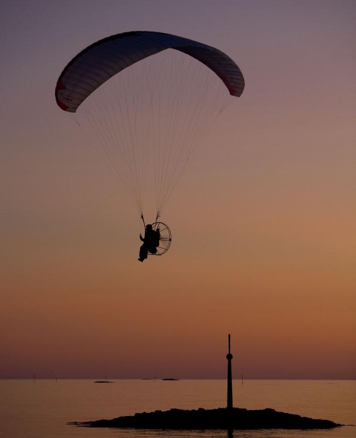 Paramotor i solnedgang